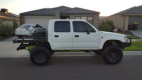 TOYOTA HILUX DUAL CAB DIESEL 4X4 MANUAL image 3